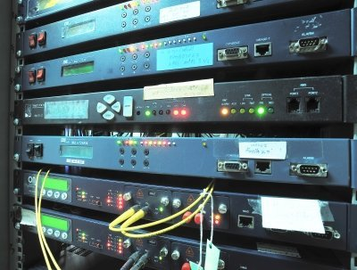 Fast internet server by a fast host